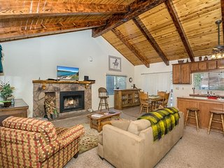 Twin Oaks Cabin Ultra Central Family Chalet - Mins to Village or Lake