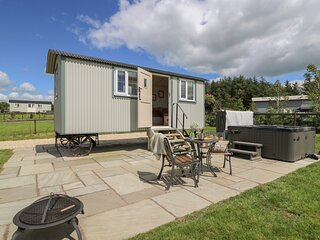 SHEPERD'S VIEW, studio accommodation, WiFi, hot tub with countryside views, Ref