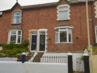 CREW HOUSE, three storey terrace house, close to centre, pet friendly, south