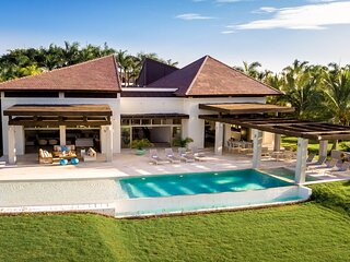 VILLA HERMOSA - MODERN W. HUGE LAWN, POOL, JACUZZI, GOLF CART, CHEF BUTLER, MAID
