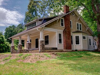 Wicked Chicken Farmhouse: Historic farmhouse with modern amenities, including ho