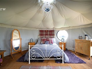 Derw Snowdonia Glamping Yurt. Safe, Snug, Hideaway with luxury private bathroom