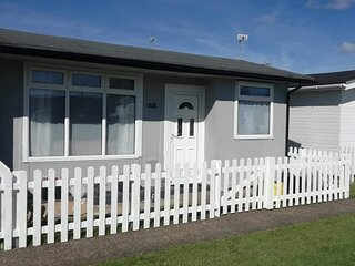 Dog friendly Seawaye Chalet Mablethorpe- sleeps 5 on quiet site near beach