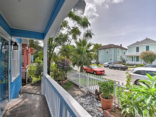 Colorful Bungalow Only 1/2 Mile to Pleasure Pier!