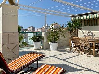 Penthouse med stor privat takterrass utan insyn. Nära strand och centrum.