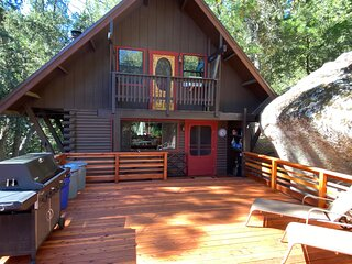 ROMANTIC LOG CABIN ~ Quiet Clean & Cozy ~ Walk to Trails, 3 Min to Town!