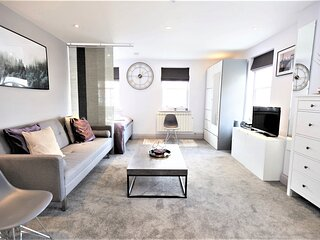 STAYCATION! Lovely Private Studio Apartment Hampton Court