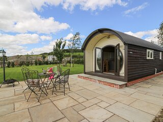 VALLEY VIEW, open plan accommodation, hot tub, enticing views, in Rhayader