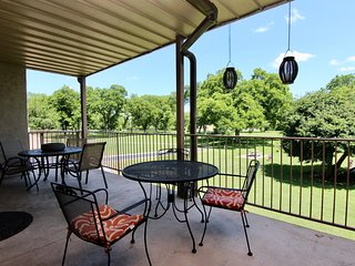 Hill Country Hideout | Sleeps 10 | WiFi | 2 Patios