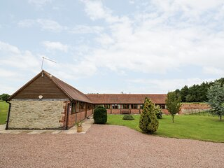 BEESONI LODGE, pet friendly, luxury holiday cottage, with a garden in