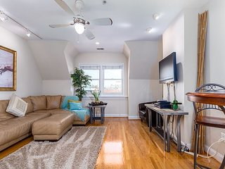DuPont Apt, skylights, 2 blocks metro