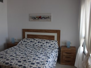Dormitorio principal con cama de 1,50 cm y vistas al mar