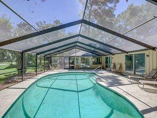 3 Bedroom Sea Pines Home, Enclosed Pool, Golf Views, Free Bikes. Pet Friendly