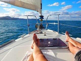 Evadez vous sur un charmant voilier tout confort. Wifi et jeux nautiques inclus