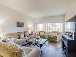 Oceanfront retreat in Palmetto Dunes w/ shared pool and balcony view!