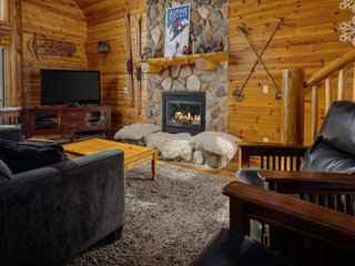 Mt. Hood Cabin, BBQ, Deck, Hot Tub, Walk to Restaurants and Shops, Close to Timb