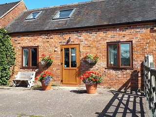 Charming 2-Bed Cottage in Hilderstone, nr Stone
