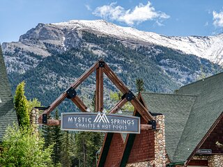 Entire Chalet-style townhouse w. Hot tub & Heated Pool in the heart of Canmore