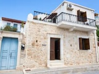 Traditional house with inner courtyard - AC - WIFI - 5min walk from beach, location de vacances à Siteia