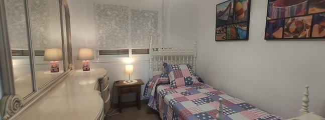 Habitación con cama individual.