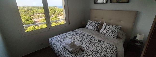 Habitación con cama matrimonial con vistas.