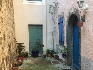 La Petite Maison Rose - a charming traditional stone house in Agde Old Town