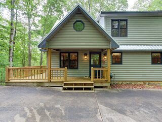 New listing! Lovely home w/ deck, hammock, jetted tub, foosball and grill!