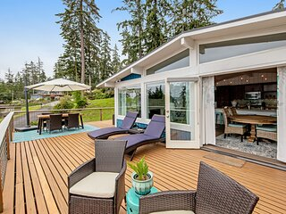New listing! Beautiful, ocean-view getaway w/ a furnished deck & full kitchen