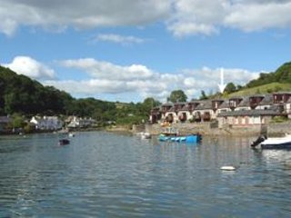 3 bed Waterside Cottage in Noss Mayo with stunning uninterrupted river views, aluguéis de temporada em Yealmpton