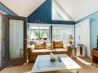 Charming beach condo w/shared pools, hot tub & sauna, private balcony
