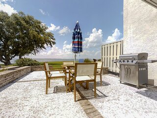 Harbour Town hideaway w/scenic balcony/water views - steps from the lighthouse!