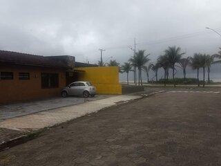 Ampla casa esquina da praia.