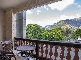Downtown Condo - 1 BR + Sleeping Nook w/ Bunk Beds, Balcony, Mountain Views!