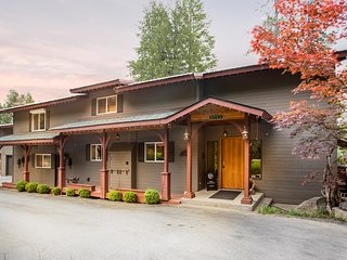 Pacific NW River Paradise! Richly Appointed 1 BR/1 BA, Large Deck, Fireplace