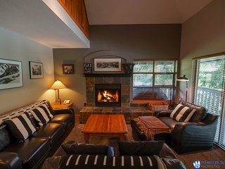 Spectacular Mountain Views | Wood Burning Fireplace / 215041
