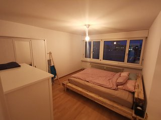 Private room in a quiet flat, with lovely flatmates! Near city center & airport