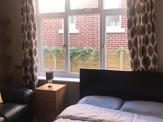 BOURNECOAST: APARTMENT WITH PRIVATE ENTRANCE, PARKING & SHARED GARDEN - FM6278