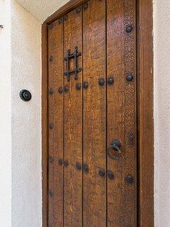 Espectacular puerta de madera de acceso a la casa