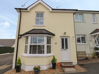 SANDYHILL HOUSE, cosy cottage close to beach, enclosed patio, WiFi