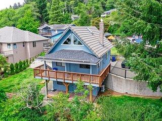 New listing! Dreamy beach retreat w/ private hot tub, easy lake access, & loft!