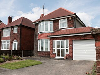 75 MANSFIELD ROAD, open plan, sleeps five, large garden, Chesterfield, Ref