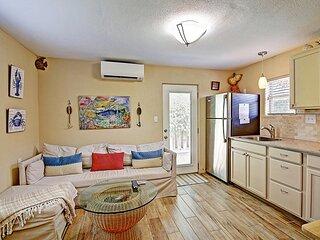 Palm Breeze Cottage at Spanish Village, BONUS screened-in cabana area!