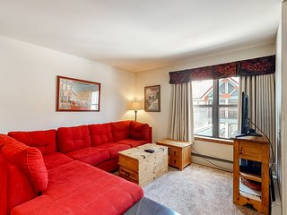 Wonderful condo located downtown with on-site pool & hot tub, free WiFi, kitchen