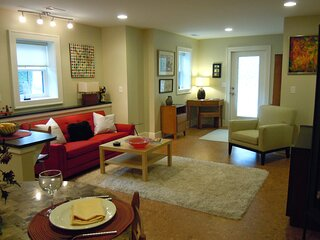 Walk Downtown Two Blocks from Stylish Apartment