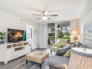 Gorgeous condo w/ golf court views, shared pool, and shuttle to the beach!