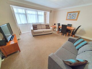 2-Bed flat with Superfast Wi-Fi DW Lettings 9WW
