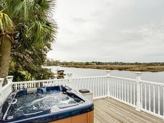 �WATERFRONT HOT TUB DOCK KING�SUITE FIRE� PIT B