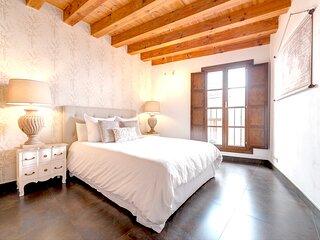 Dormitorio principal con balcón con vistas a los pasos de las procesiones de Semana Santa