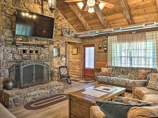 NEW! Rustic Log Cabin < 1 Mile to Table Rock Lake!