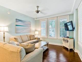 Gorgeous waterfront condo w/private golf cart, shared outdoor pool, hot tub, gym